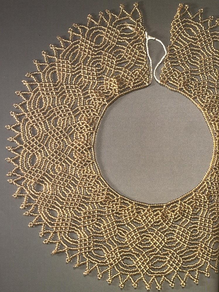 Чтобы сплести золотое колье, вам понадобиться много времени и терпения.  Колье плетется из однотонного бисера.