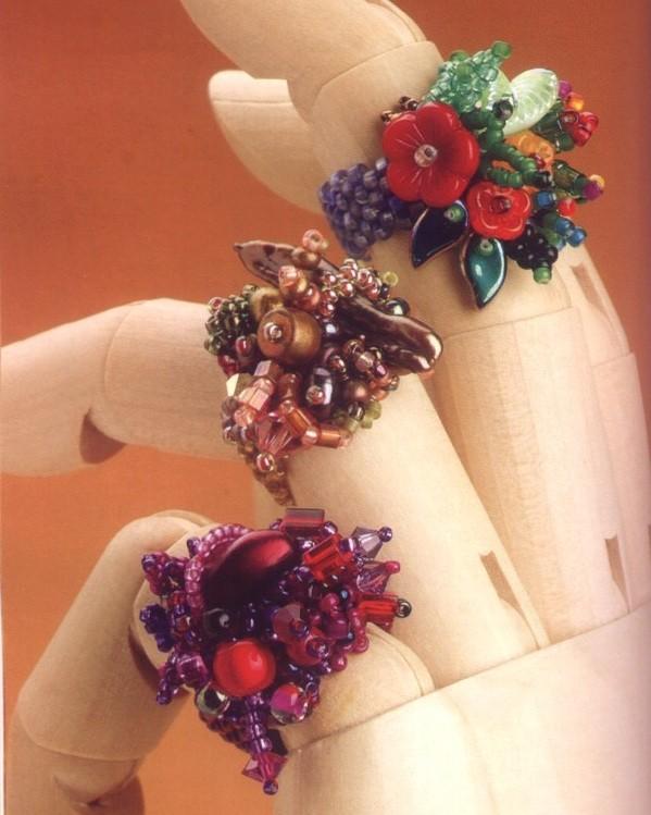 Вас очаровало это замечательной красы кольцо из бисера с цветами.  Тогда не пожалейте времени и сил на то.